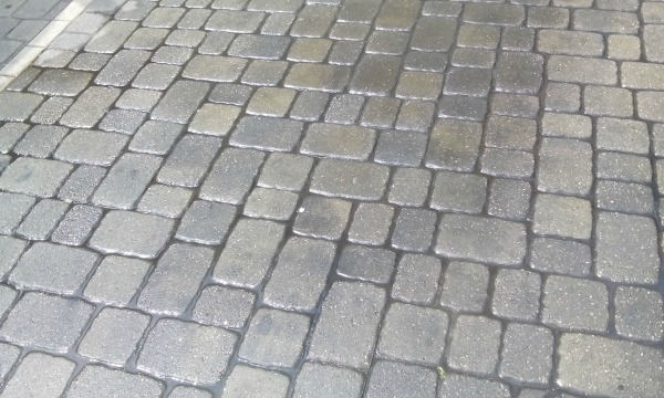 get oil off of pavers
